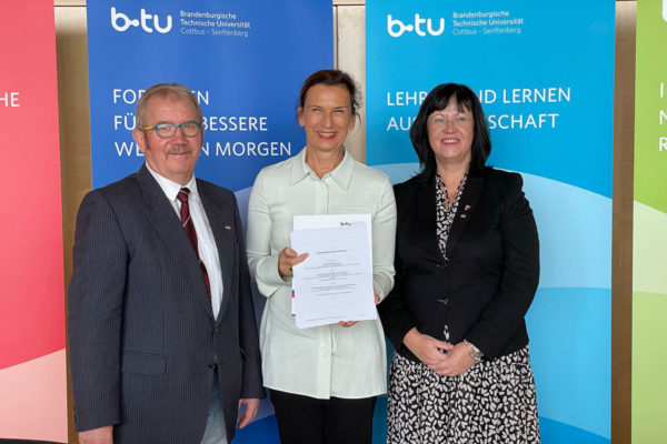 Manfred Heine, Zweckverband Industriepark Schwarze Pumpe, Prof. Gesine Grande, BTU und Christine Herntier, Stadt Spremberg haben die Kooperationsvereinbarung uunterschrieben.